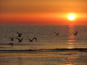 Восход солнца на пляж в Римини, Эмилья-Романия, Италия.