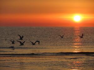 Восход солнца на пляже в Римини, Эмилья-Романья, Италия.