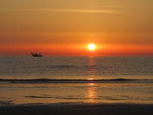 Восходящее солнце из моря, пляж в Римини, Эмилья-Романья, Италия.