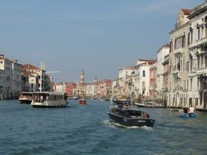 Корабли на одном из Каналов в Венеции