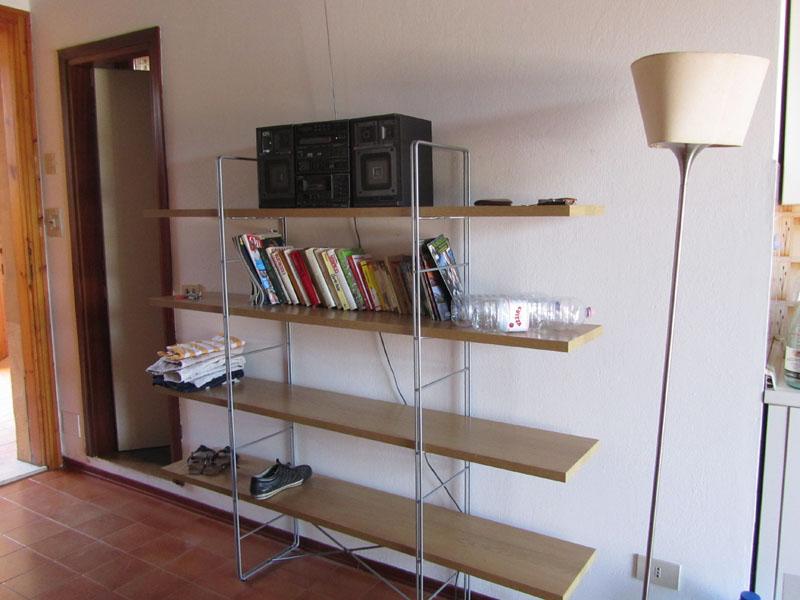 Этажерка с книгами и музыкальным центром в Лидо делле Национи, Эмилья-Романия, Италия.