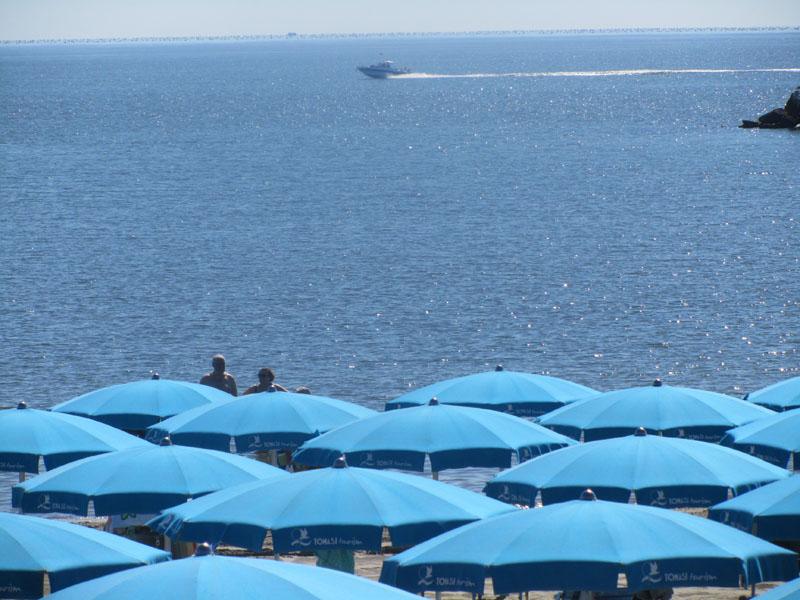 Отдых на платном пляже в Лидо делле Национи, Эмилия-Романья, Италия.