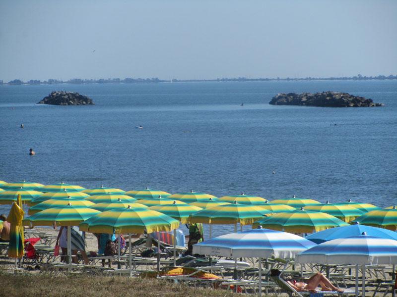 Платный пляж в Лидо делле Национи, Эмилия-Романья, Италия, волнорезы.