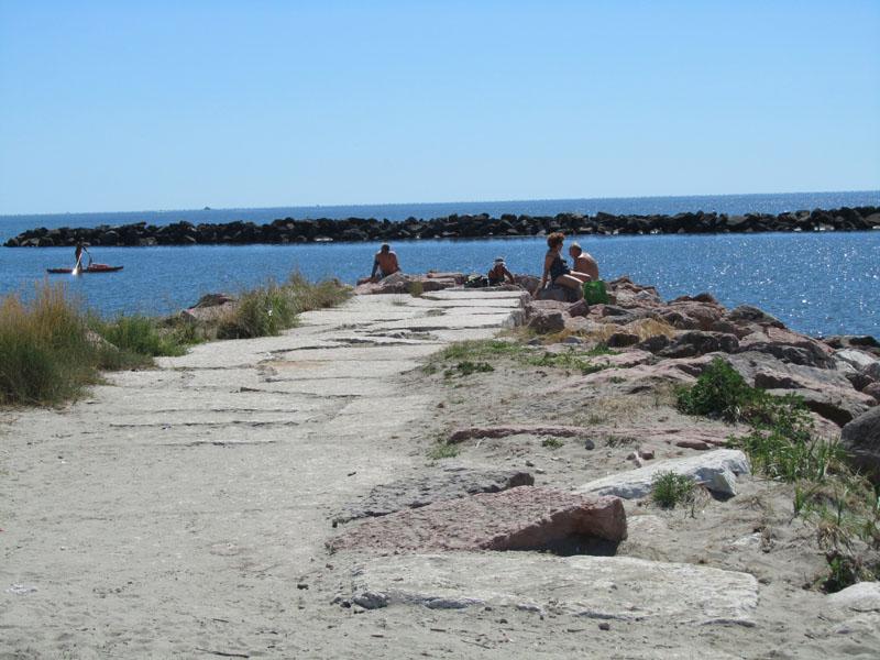 Вид на бесплатный публичный пляж в Лидо делле Национи, Эмилия-Романья, Италия.
