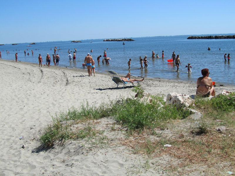 Бесплатный пляж, в центре Лидо делле Национи, Эмилия-Романья, Италия.