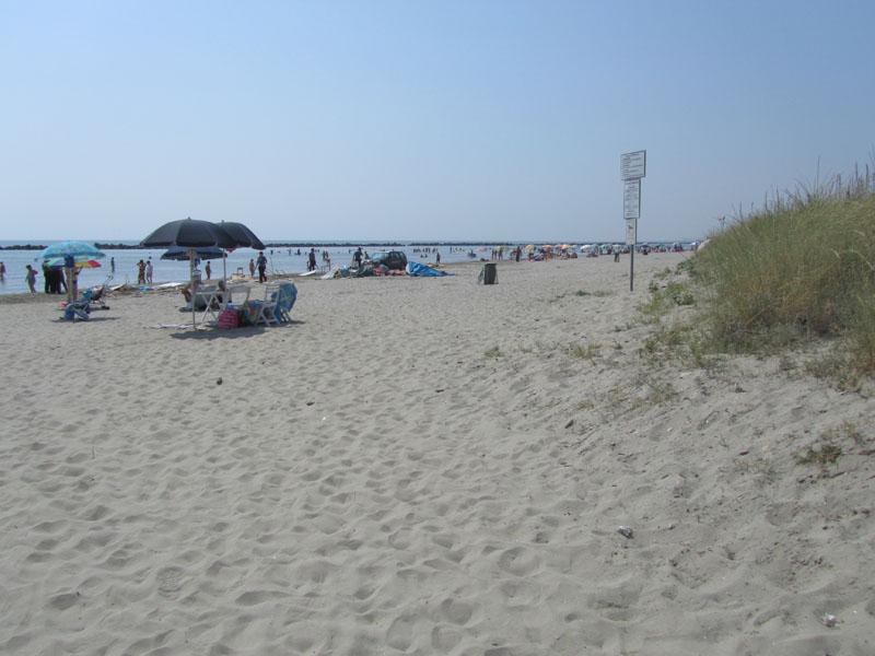 Вид на второй бесплатный пляж в итальянском городке Лидо делле Национи.