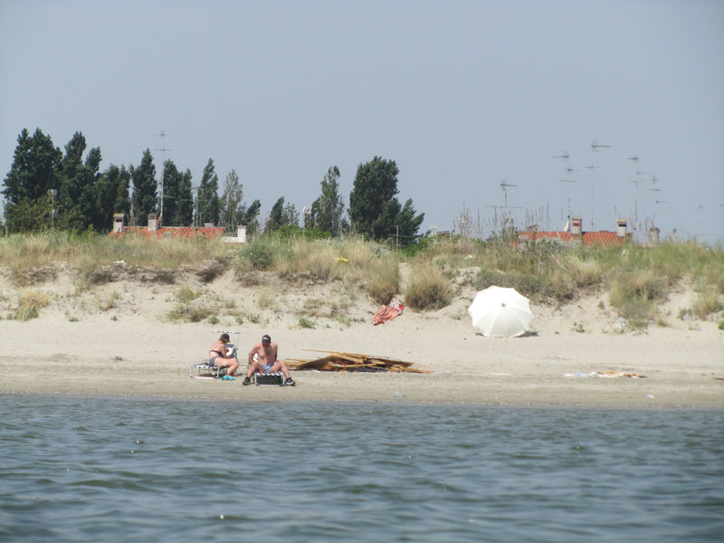 Вид на бесплатный пляж в Лидо делле Национи, с моря.