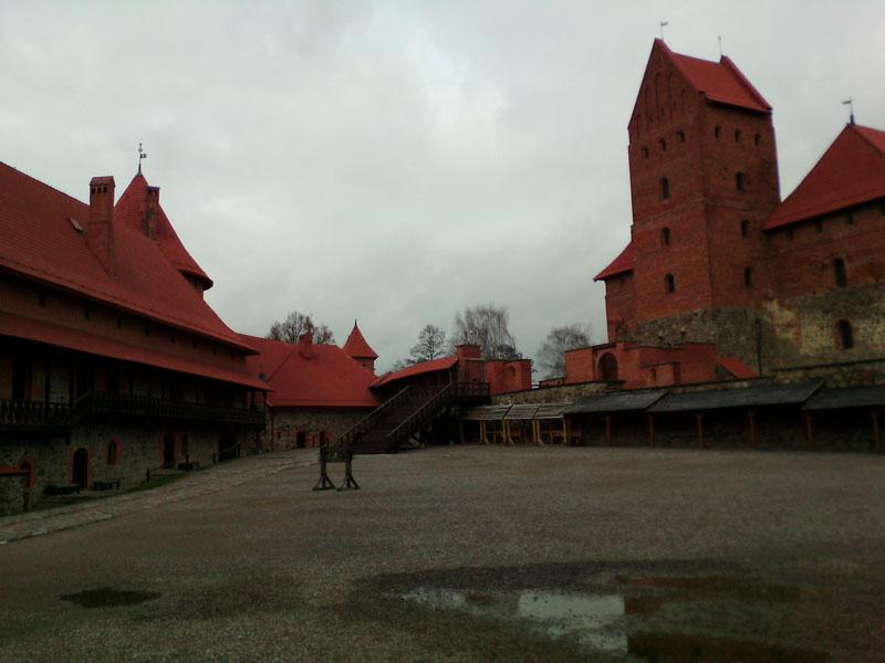 Площадь внутри замка