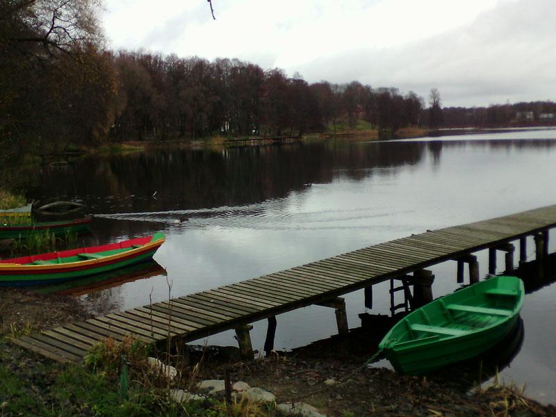 Разноцветные лодки на озере Гальве