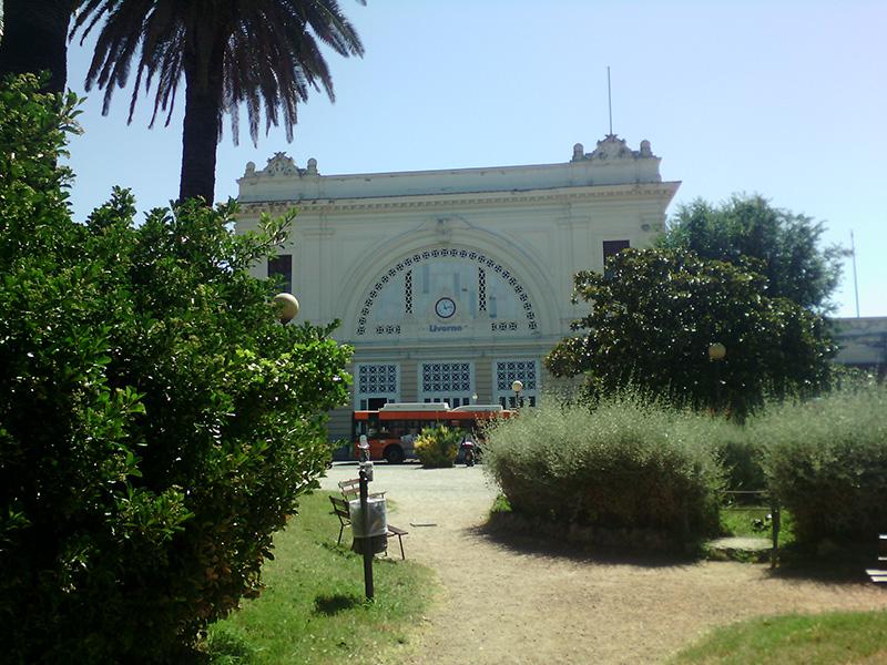 С железнодорожного вокзала Ливорно можно попасть в большие города