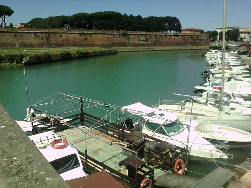 Замок в окружении яхт