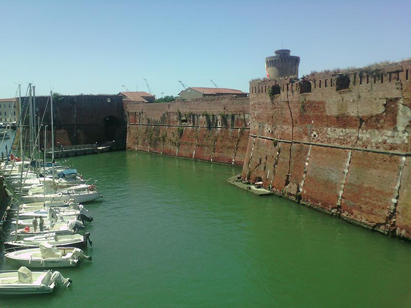 Крепость и яхты - так типично для Ливорно
