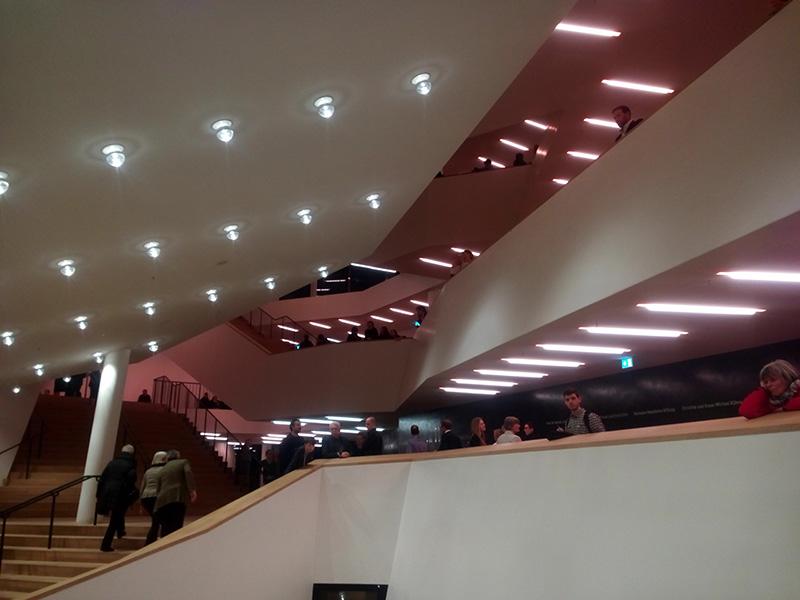 Сплошные лестницы в филармонии Elbphilharmonie