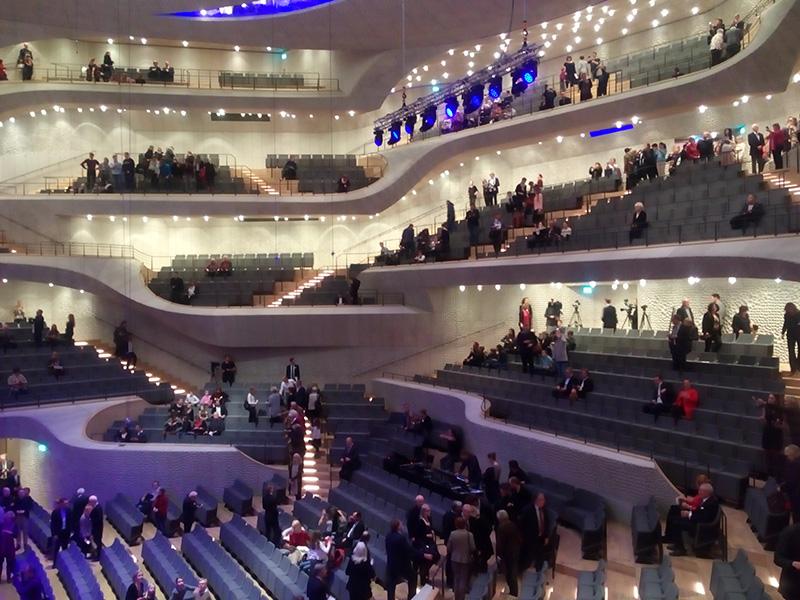 Зрители собираются в зале Elbphilharmonie