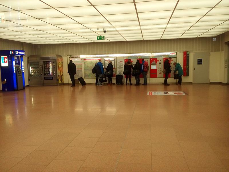Везде стоят автоматы, в которых продаются проездные билеты