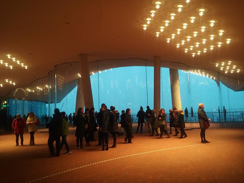Туристов в Elbphilharmonie очень много