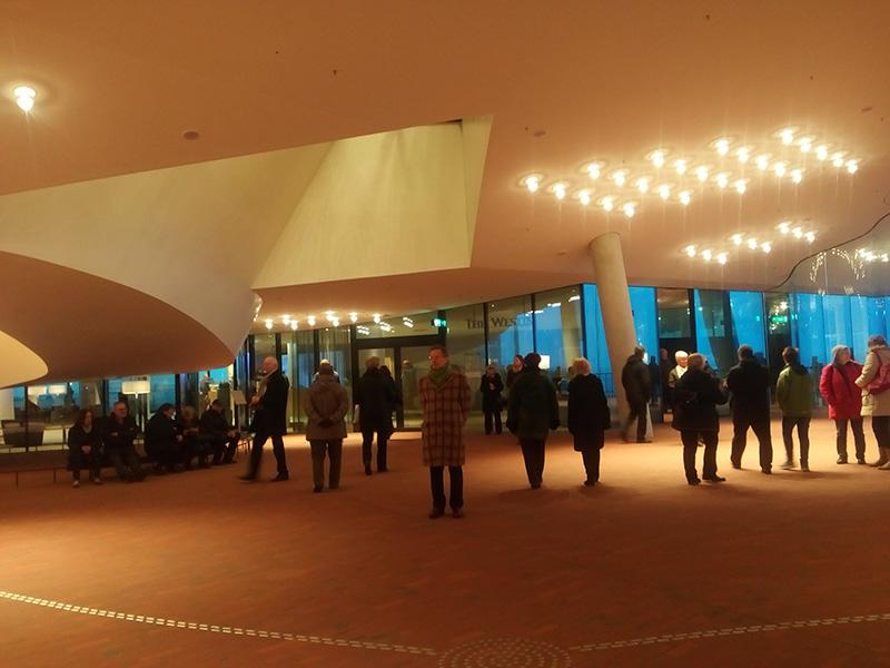 Внутри в Elbphilharmonie есть кафе и сувенирная лавка