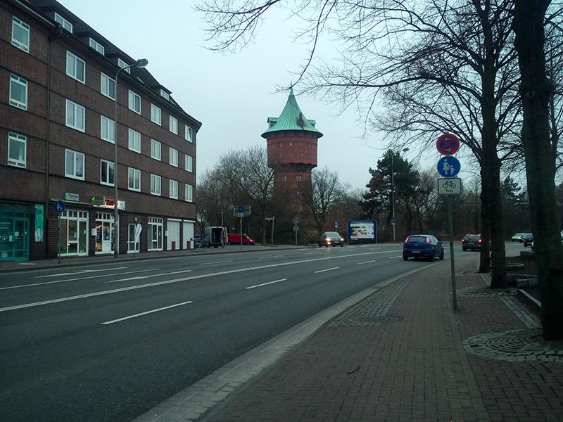 Водонапорную башню видно сразу