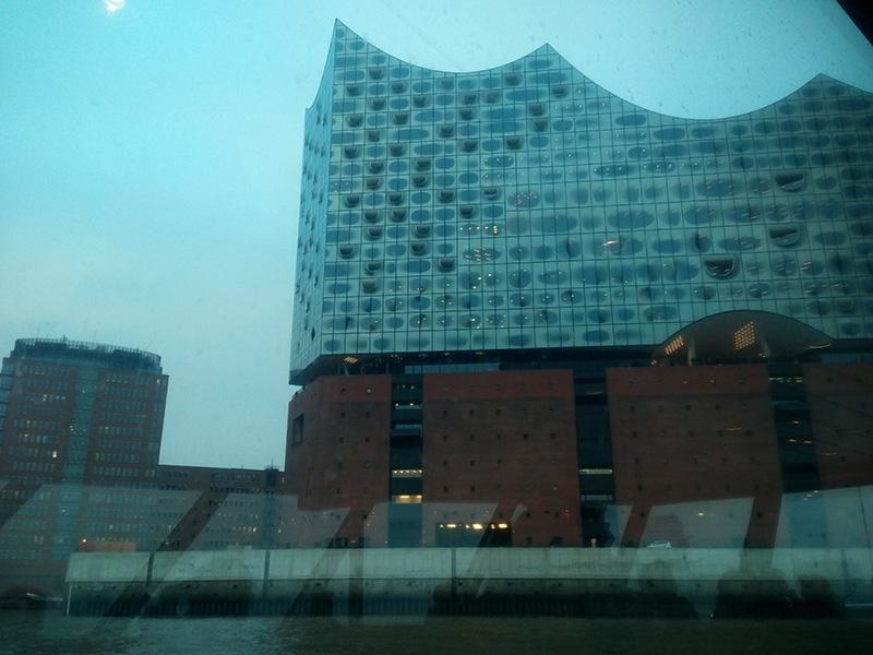 К Elbphilharmonie можно приплыть на кораблике. Замерзла, поэтому фотографировала через стекло