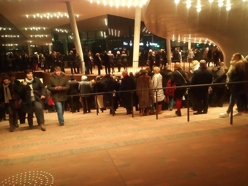 Людей так много было на концерте, что образовалась пробка на выходе