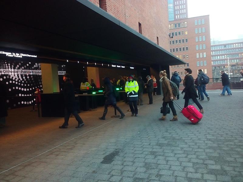 Вход в Elbphilharmonie. Туристы даже с чемоданами идут сюда на экскурсию