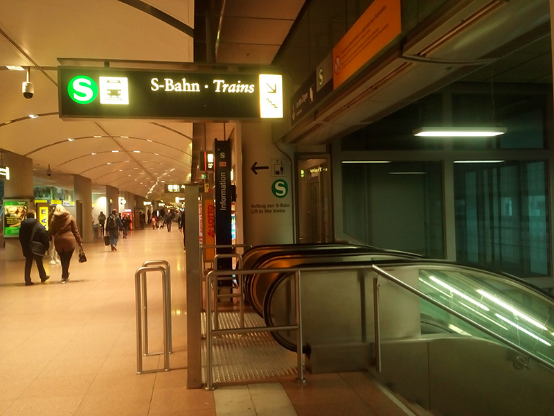Именно здесь нужно поворачивать к поездам