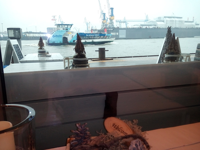 Можно обедать и смотреть на проплывающие корабли