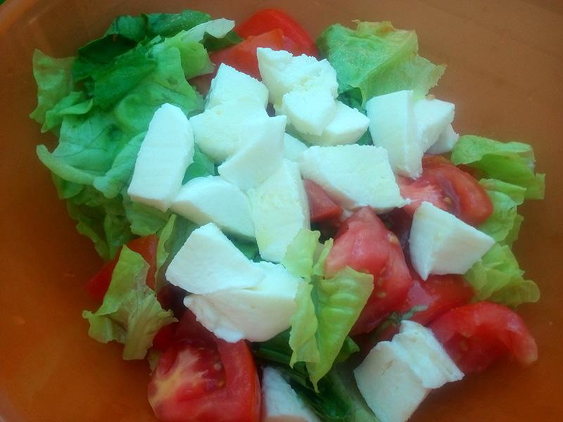 Всегда под рукой салат, помидоры и моцарелла