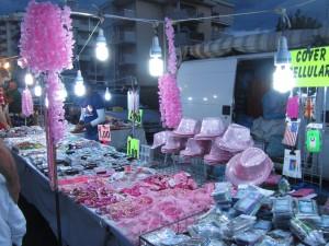 Розовая ночь Римини, Эмилья-Романия, Италия - розовые шляпы и парики продаются повсюду.