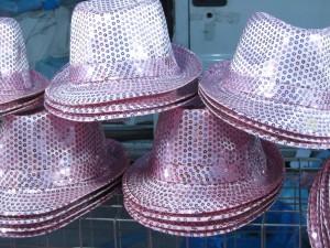 Розовые и блестящие шляпы в Римини, Эмилья-Романия, Италия
