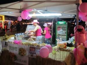 Продавцы в розовом, в розовую ночь в Римини, Эмилья-Романия, Италия